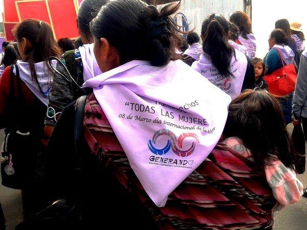 Donne che camminano lungo la strada dei diritti